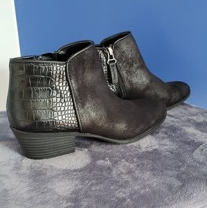 NWOT Simply Vera Wang Ankle Boots. Size 6